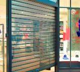 un magasin avec son rideau métallique